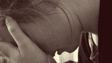 femme pleure après son échec