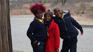 trois enfants qui sont prêts pour la rentrée scolaire